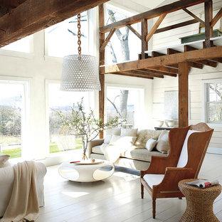 Immagine di un soggiorno country di medie dimensioni e stile loft con pareti bianche e pavimento in legno verniciato
