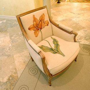 Esempio di un grande soggiorno eclettico aperto con sala formale, pareti gialle e pavimento in travertino