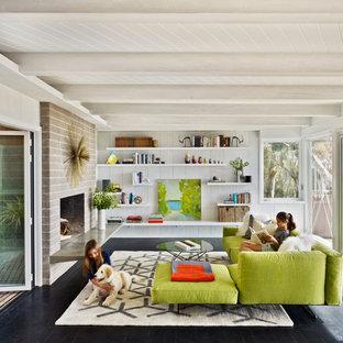 Idée de décoration pour un salon vintage avec une cheminée standard et aucun téléviseur.