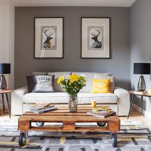 Exempel på ett mellanstort klassiskt vardagsrum, med grå väggar och ljust trägolv