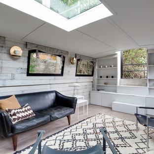 Kleines Eklektisches Wohnzimmer mit hellem Holzboden in London