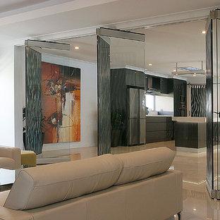 パースの大きいモダンスタイルのおしゃれな独立型リビング (フォーマル、白い壁、磁器タイルの床、標準型暖炉、コンクリートの暖炉まわり、壁掛け型テレビ、白い床) の写真
