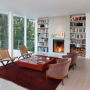 Foto de salón abierto, actual, de tamaño medio, sin televisor, con chimenea tradicional, marco de chimenea de yeso, paredes blancas y suelo de madera clara