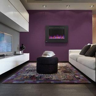 ニューヨークの中くらいのコンテンポラリースタイルのおしゃれなリビング (紫の壁、濃色無垢フローリング、吊り下げ式暖炉、据え置き型テレビ、茶色い床) の写真