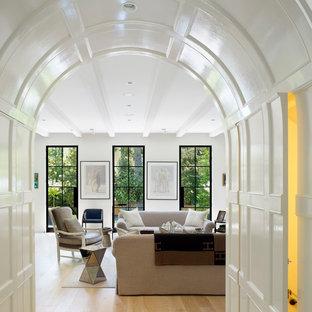 Imagen de salón cerrado, tradicional renovado, con paredes blancas y suelo de madera clara