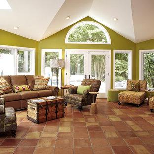 Exempel på ett mellanstort klassiskt separat vardagsrum, med gröna väggar, ett finrum, klinkergolv i terrakotta och orange golv