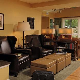 Foto di un soggiorno chic con pareti arancioni