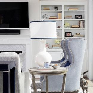 Ispirazione per un soggiorno classico di medie dimensioni e aperto con pareti beige, parquet scuro, camino classico, cornice del camino in pietra, TV a parete e pavimento blu