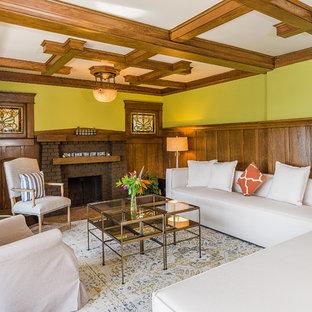 Imagen de salón para visitas de estilo americano, sin televisor, con paredes verdes, chimenea tradicional y marco de chimenea de ladrillo
