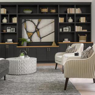 Modelo de salón para visitas abierto, tradicional renovado, grande, sin chimenea, con paredes negras, pared multimedia, suelo de madera clara y suelo beige