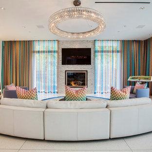 Inspiration för stora moderna allrum med öppen planlösning, med vita väggar, en standard öppen spis och en väggmonterad TV