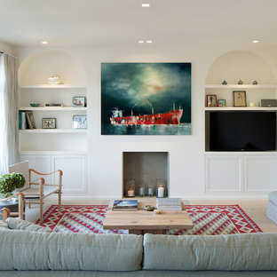 Diseño de salón abierto, clásico renovado, grande, con paredes blancas, suelo de madera clara, chimenea tradicional y pared multimedia
