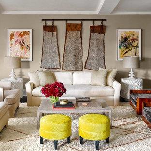 Modelo de salón para visitas cerrado, bohemio, grande, sin chimenea y televisor, con paredes beige, suelo de madera oscura y suelo marrón