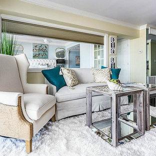 Esempio di un piccolo soggiorno classico aperto con pareti marroni, pavimento in marmo, TV autoportante e pavimento nero