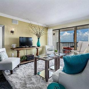 Foto de salón abierto, tradicional renovado, pequeño, con paredes marrones, suelo de mármol, televisor independiente y suelo negro