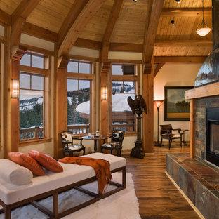 Idee per un soggiorno american style di medie dimensioni e aperto con pareti beige, parquet chiaro, camino bifacciale e cornice del camino in pietra