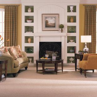 サンフランシスコの中サイズのトラディショナルスタイルのおしゃれなLDK (フォーマル、黄色い壁、カーペット敷き、標準型暖炉、木材の暖炉まわり、テレビなし、白い床) の写真