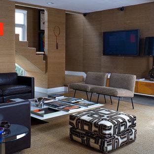 Ispirazione per un soggiorno minimalista con pareti marroni e TV a parete