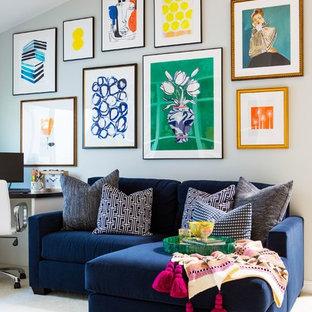 На фото: открытая гостиная комната среднего размера в стиле фьюжн с серыми стенами, ковровым покрытием, бежевым полом и отдельно стоящим ТВ без камина с