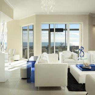 マイアミの中サイズのコンテンポラリースタイルのおしゃれなLDK (ベージュの壁、セラミックタイルの床、据え置き型テレビ) の写真