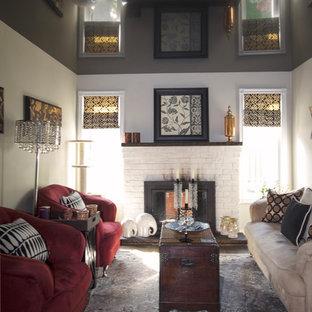 トロントの小さいトラディショナルスタイルのおしゃれな独立型リビング (白い壁、カーペット敷き、標準型暖炉、レンガの暖炉まわり、据え置き型テレビ) の写真