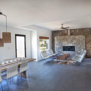 フェニックスのサンタフェスタイルのおしゃれなリビング (石材の暖炉まわり、磁器タイルの床) の写真
