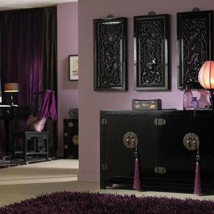 Aménagement d'un salon asiatique avec un mur violet.