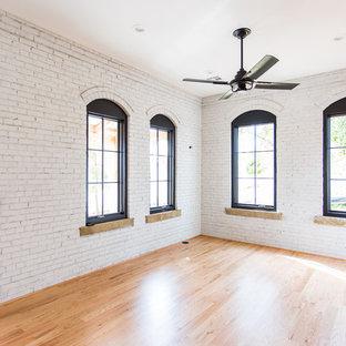Esempio di un soggiorno tradizionale di medie dimensioni e aperto con sala formale, pareti bianche, parquet chiaro, pavimento rosso, nessun camino e TV a parete