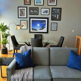 Foto di un piccolo soggiorno minimalista stile loft con pareti grigie, pavimento in legno massello medio, pavimento giallo, sala formale e nessuna TV