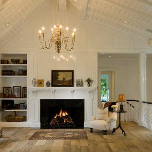 Idee per un soggiorno tradizionale stile loft con pareti bianche e camino classico