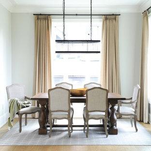 Imagen de biblioteca en casa abierta, minimalista, de tamaño medio, con paredes blancas, suelo de contrachapado, chimenea tradicional, marco de chimenea de piedra, televisor colgado en la pared y suelo marrón