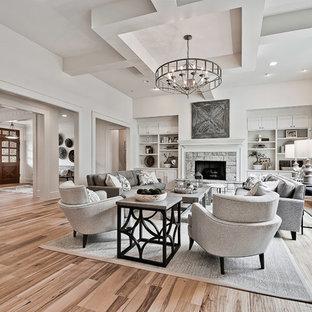 Inspiration för ett stort amerikanskt allrum med öppen planlösning, med vita väggar, ljust trägolv, en standard öppen spis, en spiselkrans i sten och ett finrum