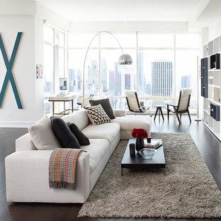 ニューヨークの大きいコンテンポラリースタイルのおしゃれなLDK (白い壁、濃色無垢フローリング、暖炉なし、埋込式メディアウォール、茶色い床) の写真