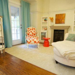 トロントのトランジショナルスタイルのおしゃれな独立型リビング (ベージュの壁、濃色無垢フローリング、標準型暖炉、漆喰の暖炉まわり、テレビなし) の写真