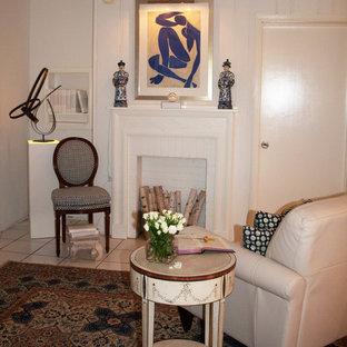マイアミの小さいトラディショナルスタイルのおしゃれなLDK (白い壁、セラミックタイルの床、標準型暖炉、木材の暖炉まわり、壁掛け型テレビ、白い床) の写真