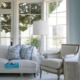 Idee per un soggiorno costiero con pareti blu, pavimento in legno verniciato e pavimento bianco