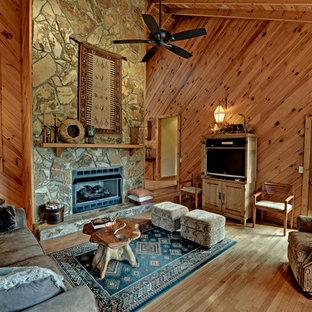 Ispirazione per un soggiorno stile rurale con camino classico e cornice del camino in pietra