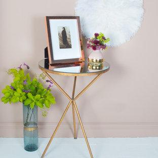 Idee per un piccolo soggiorno boho chic chiuso con pareti rosa e pavimento in legno verniciato