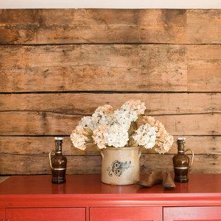 他の地域の小さいトラディショナルスタイルのおしゃれな独立型リビング (無垢フローリング、暖炉なし、ベージュの壁) の写真
