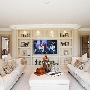 Ispirazione per un soggiorno classico chiuso con sala formale, pareti beige, moquette e TV a parete