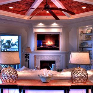 タンパの中サイズのトランジショナルスタイルのおしゃれなLDK (フォーマル、緑の壁、無垢フローリング、標準型暖炉、石材の暖炉まわり、内蔵型テレビ) の写真