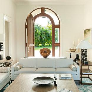 Ejemplo de salón para visitas abierto, mediterráneo, de tamaño medio, con paredes blancas