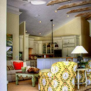 Foto på ett mellanstort tropiskt allrum med öppen planlösning, med ett finrum, gula väggar, mörkt trägolv, en dold TV, en standard öppen spis, en spiselkrans i sten och brunt golv