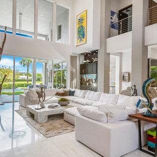 Idéer för stora tropiska allrum med öppen planlösning, med ett finrum, marmorgolv, en standard öppen spis, en spiselkrans i metall, vita väggar och vitt golv