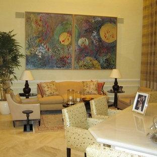 マイアミの中くらいのトラディショナルスタイルのおしゃれなLDK (フォーマル、ベージュの壁、大理石の床、暖炉なし、テレビなし、ベージュの床) の写真