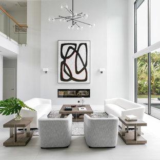 他の地域のコンテンポラリースタイルのおしゃれなLDK (フォーマル、白い壁、横長型暖炉、テレビなし、白い床) の写真