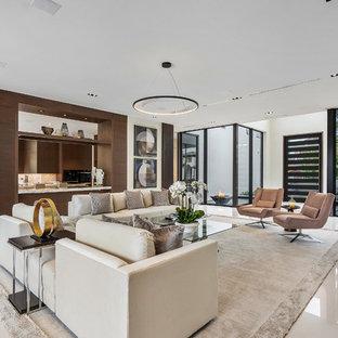 Imagen de salón abierto, minimalista, grande, con paredes marrones, suelo de mármol, televisor colgado en la pared y suelo blanco