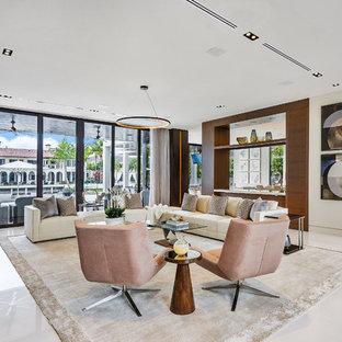 マイアミの大きいコンテンポラリースタイルのおしゃれなLDK (大理石の床、白い床、ベージュの壁) の写真