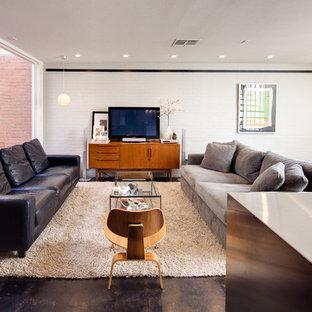 Offenes Modernes Wohnzimmer mit freistehendem TV in Dallas