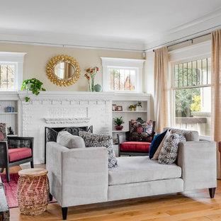 Imagen de salón bohemio, de tamaño medio, sin televisor, con paredes beige, suelo de madera clara, chimenea tradicional, marco de chimenea de ladrillo y suelo beige